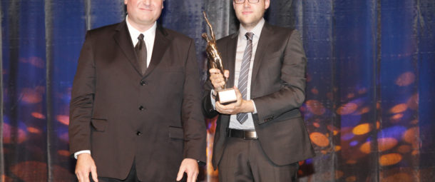 Ulrich Gerlinger und Friedrich Gerlinger bekommen die Preisträgerstatue des Großen Preis des Mittelstandes überreicht. (Foto: Boris Löffert)